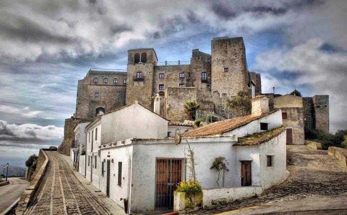 Castillo de Castellar de la Frontera (https://elarmador.files.wordpress.com/2015/05/castillo_de_castellar_1.jpg?resize=700%2C434)